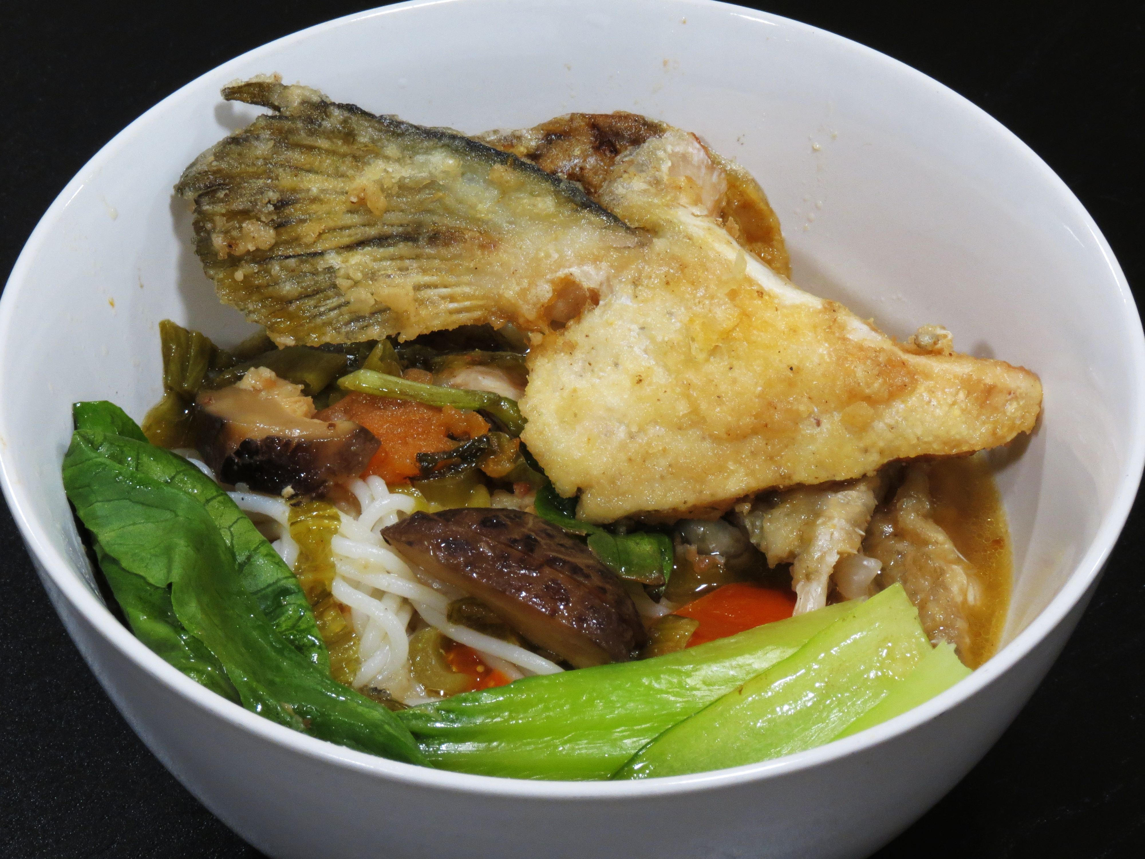 Salmon fish head bee hoon rice vermicelli in fish head for Fish head soup recipe